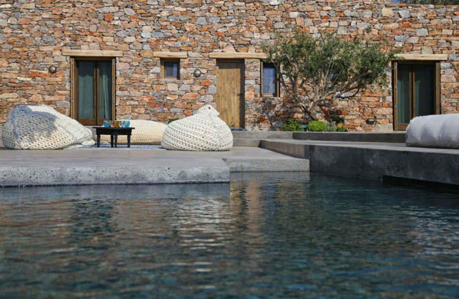 """Η εξωπραγματικά όμορφη πισίνα της κατοικίας """"Syros II""""."""