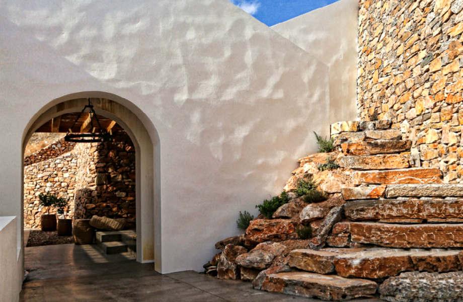 """Η μεγάλη πέτρινη σκάλα που οδηγεί στην κεντρική αυλή και την είσοδο της κατοικίας """"Syros II""""."""