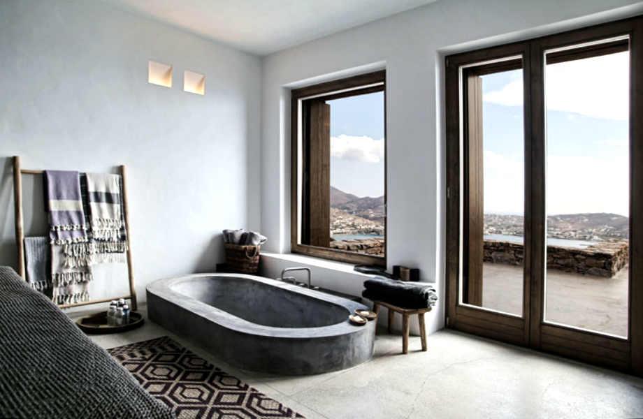 Αυτό το απίθανο μπάνιο αποτελεί την επιτομή της μίνιμαλ νησιώτικης κομψότητας.