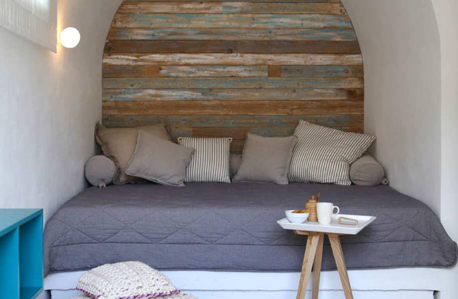 Τα χτιστά κρεβάτια αποτελούν σήμα κατατεθέν της κυκλαδίτικης αρχιτεκτονικής και δε θα μπορούσαν να λείπουν από τα δύο ονειρεμένα εξοχικά.