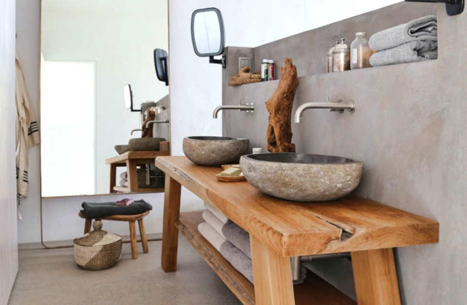 Το ξύλο, το τσιμέντο και το λευκό χρώμα πρωταγωνιστούν και στο μπάνιο.