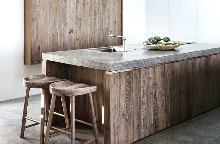 Το ξύλο και το τσιμέντο κυριαρχούν στην κουζίνα της πρώτης κατοικίας.