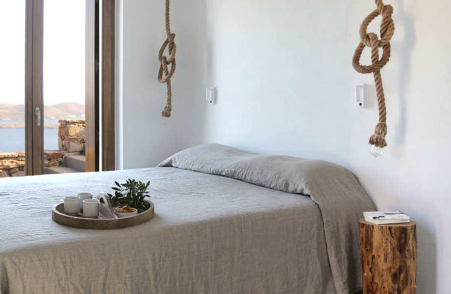 """Το κομψό μάστερ υπνοδωμάτιο της κατοικίας """"Syros I""""."""