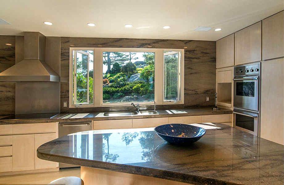 Η κουζίνα του σπιτιού είναι διαθέτει υπέροχη θέα προς τον κεντρικό κήπο του νησιού.