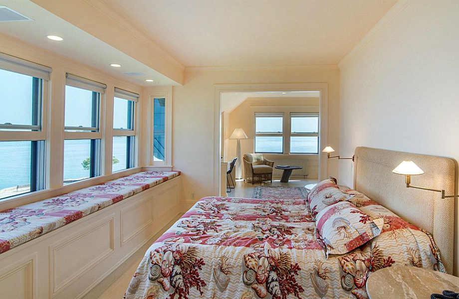 Όλα τα υπνοδωμάτια της έπαυλης έχουν θέα τη θάλασσα.