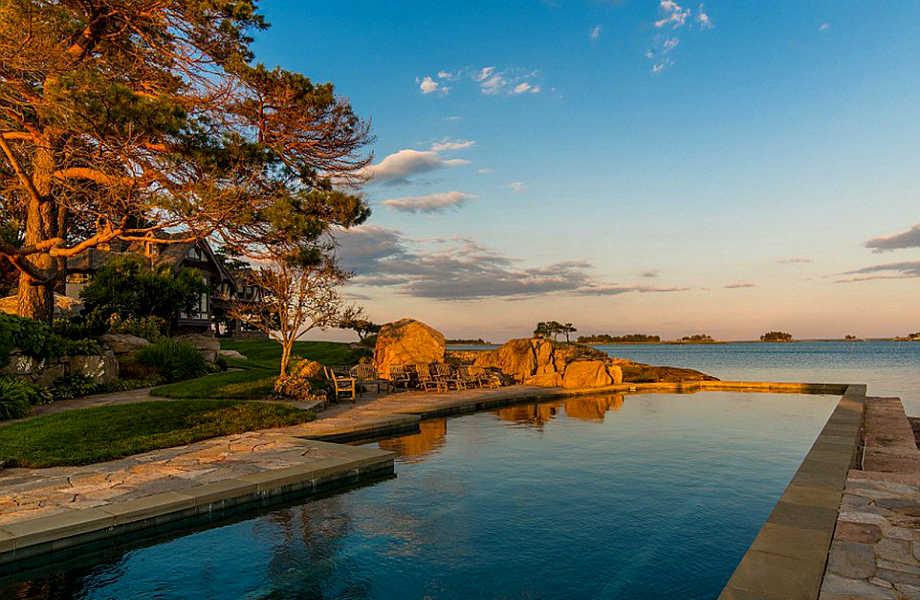Η πισίνα -και κυρίως η θέα της- είναι εξωπραγματικά όμορφη.