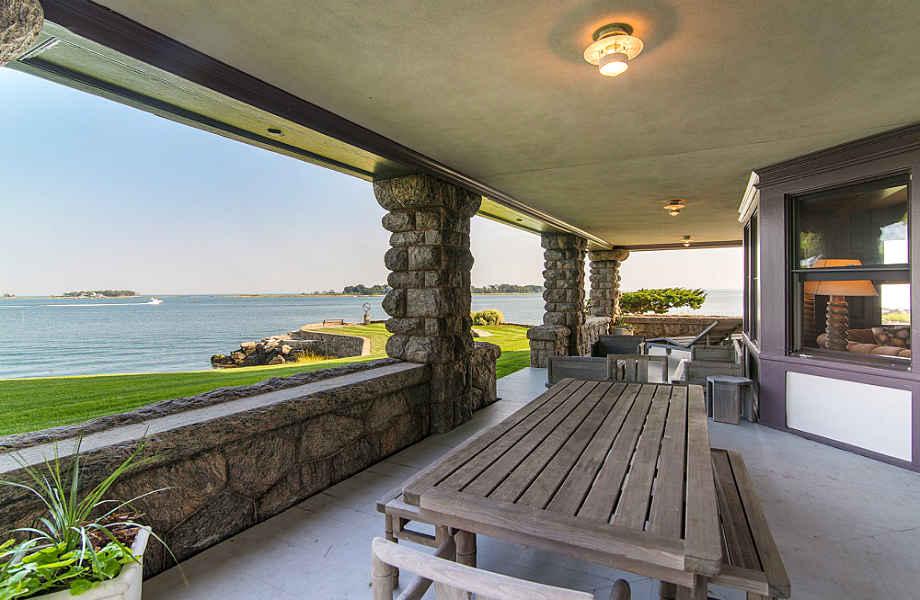 Η όμορφη βεράντα είναι το πρώτο πράγμα που αντικρίζουν οι επισκέπτες της έπαυλης.