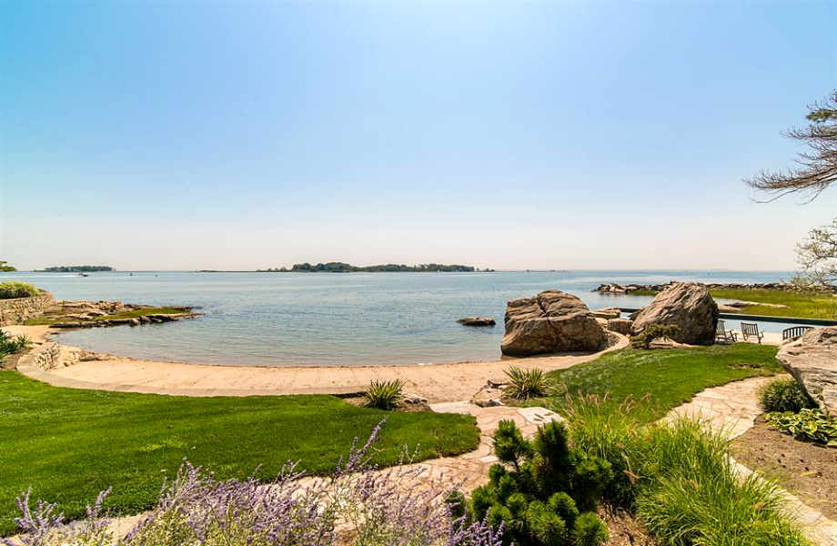 Η φανταστική παραλία του νησιού απέχει μόλις μερικά μέτρα από την έξοδο της έπαυλης.