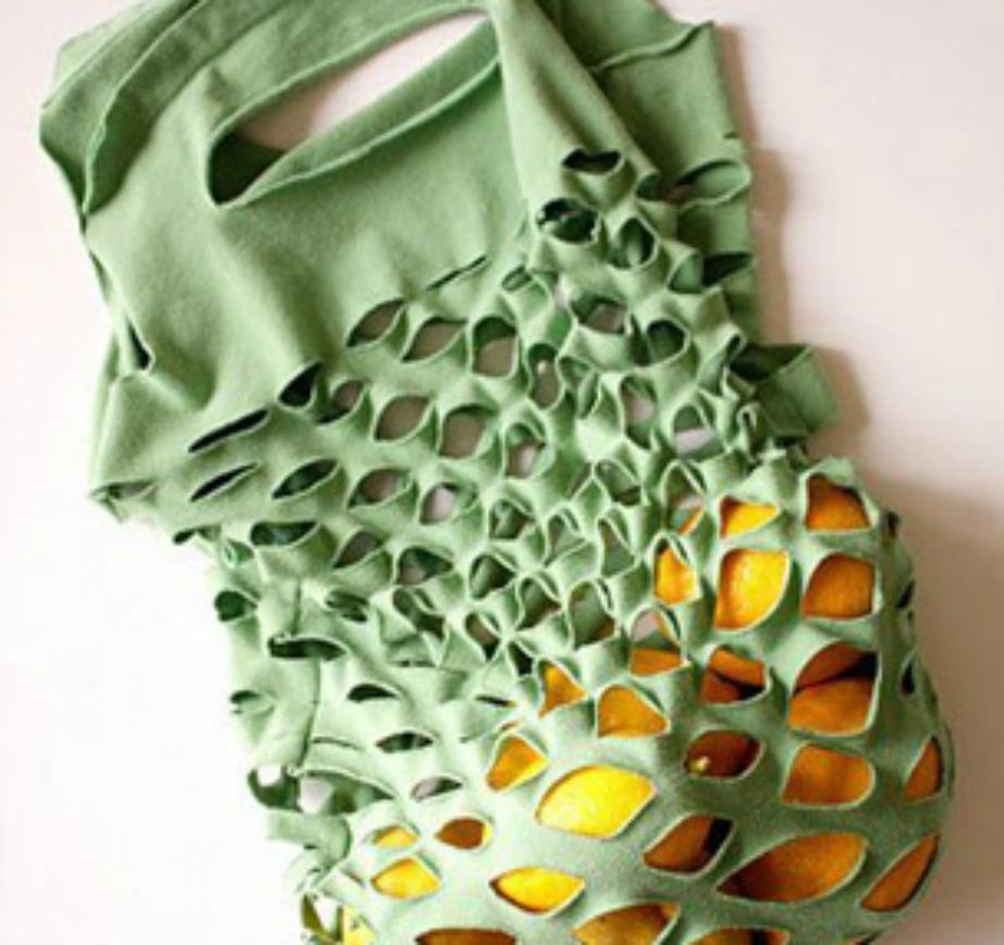 Κοιτάξτε πόσο ωραίες είναι αυτές οι τσάντες για τα ψώνια; Και έχουν φτιαχτεί μόνο με ένα μπλουζάκι και ένα ψαλίδι.