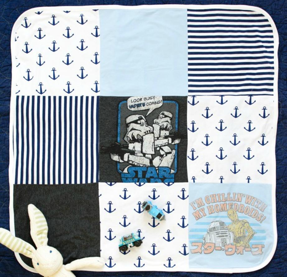 Αξιοποιήστε τα παλιά μπλουζάκια του μωρού σας για να του φτιάξετε μια κουβερτούλα.