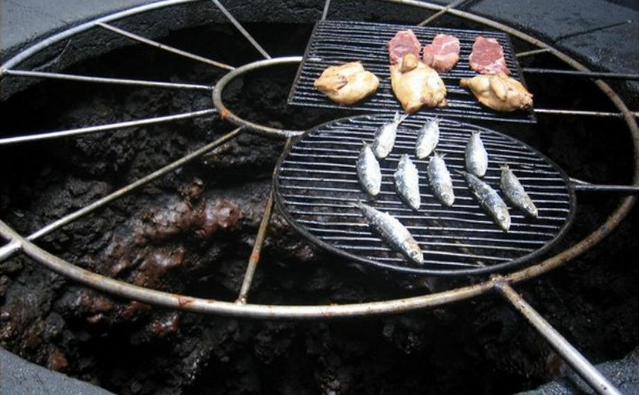 Στο στόμιο του ηφαιστείου οι σεφ φτιάχνουν τα ψητά τους.