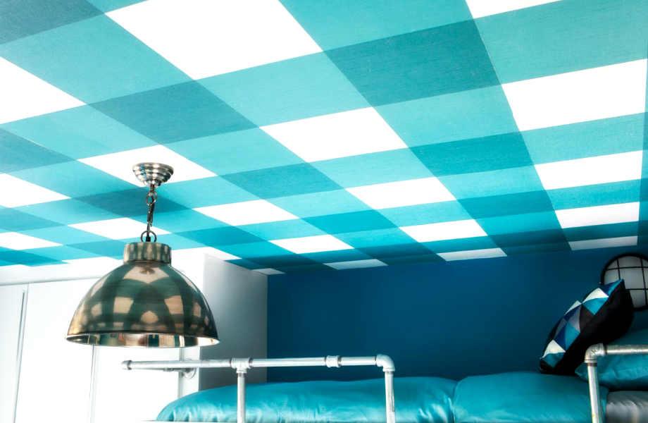 Τολμήστε το καρό στο ταβάνι σας για το εφηβικό υπνοδωμάτιο ή την κουζίνα σας.