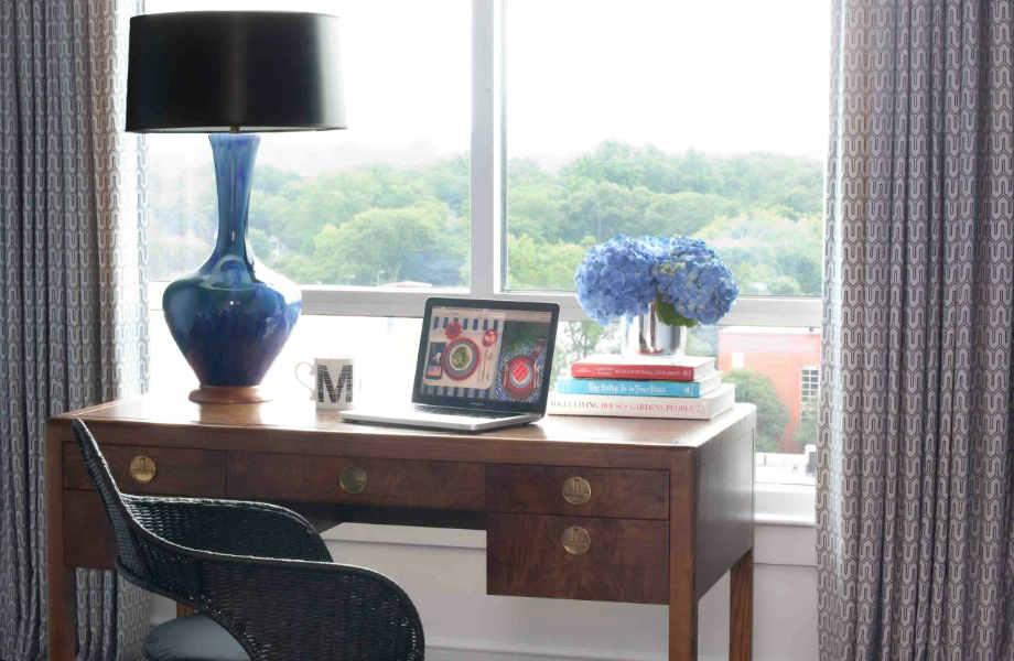 Τοποθετήστε το γραφείο του σπιτιού σας σε ένα σημείο που σας εμπνέει να δουλέψετε.