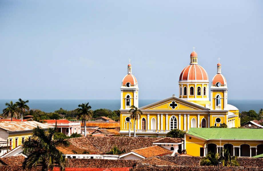 Η πανέμορφη Γρανάδα, πόλος έλξης των τουριστών, ιδρύθηκε το 1523 από τον Ισπανό εξερευνητή Φρανθίσκο Ερνάντεθ ντε Κόρδοβα. Είναι η παλαιότερη πόλη στη Νικαράγουα, ενώ θεωρείται και η παλαιότερη αποικιακή πόλη που ιδρύθηκε στην Αμερική.