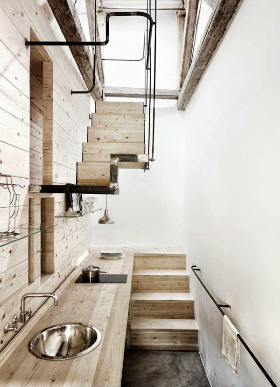 Τι κρύβεται πίσω από την ξύλινη κατασκευή; Μια μίνι-κουζίνα και οι σκάλες που οδηγούν στις κουκέτες!