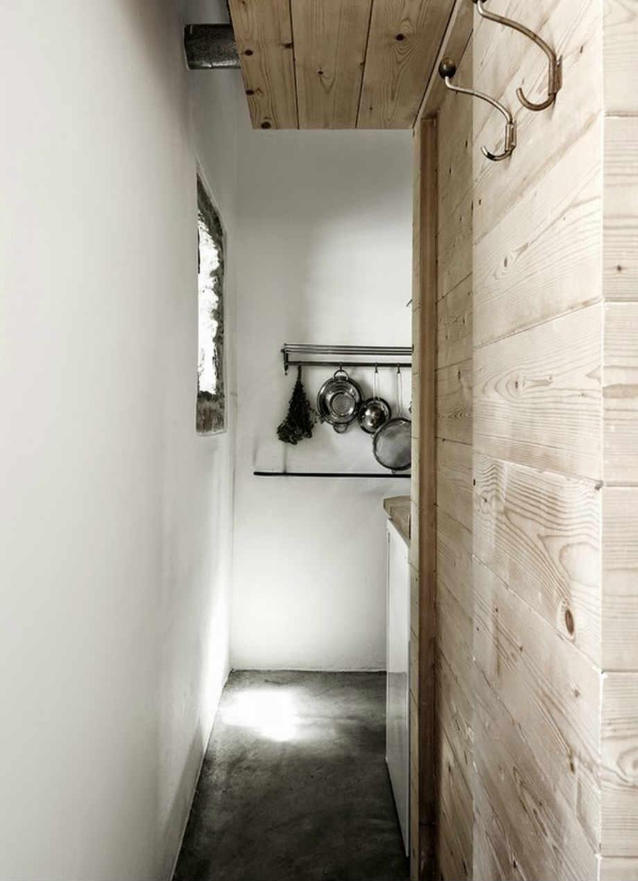 Το ξύλο, το μέταλλο και το λευκό χρώμα κυριαρχούν στο χώρο.