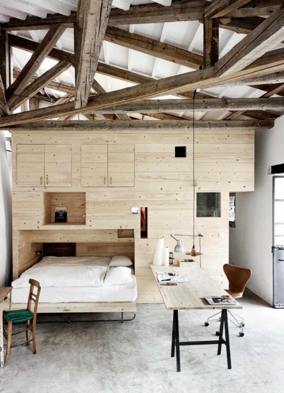 Κι όμως αυτή η ξύλινη κατασκευή φιλοξενεί ένα  γραφείο διπλό κρεβάτι και δύο κουκέτες!