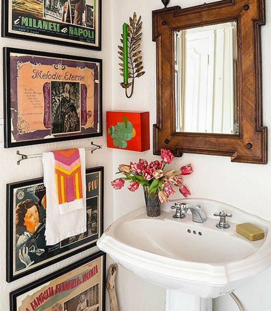 Αυτό το μπάνιο με τα πινακάκια, το στοιχείο του ξύλου και τα διάφορα χρώματα δείχνει αρκετά boho.