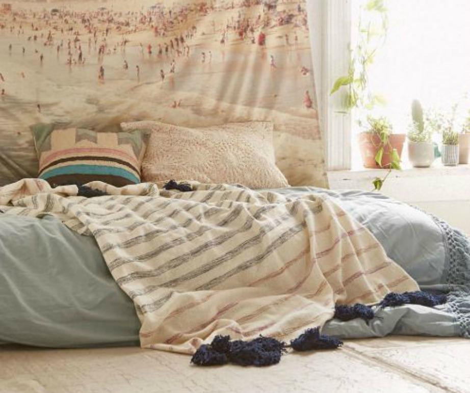 Θέλετε ολοκληρωμένη την εμπειρία; Τότε μην χρησιμοποιείτε καν κρεβάτι. Ένα στρώμα αρκεί για να ζήσετε λίγο σαν χίπις.