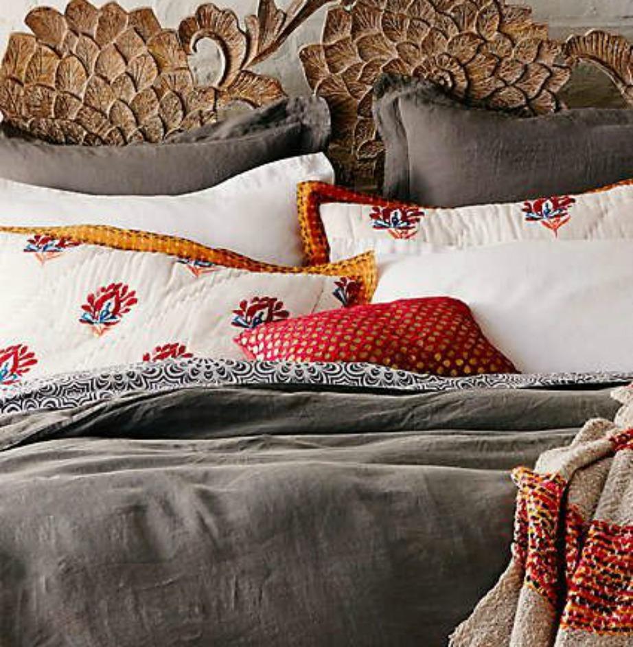 Χρησιμοποιήστε σκεπάσματα, σεντόνια, μαξιλαροθήκες με όμορφα σχέδια για ένα πιο boho decor.