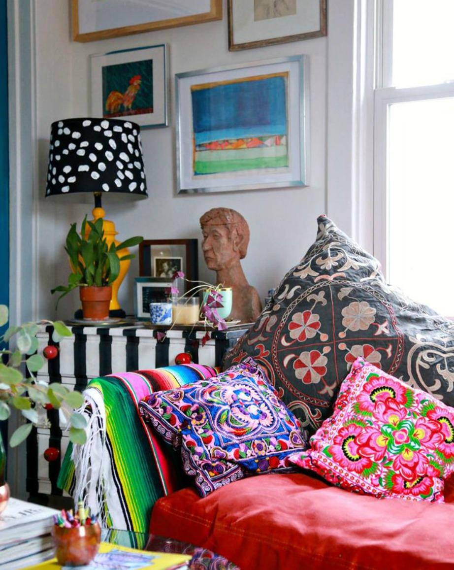 Βάλτε χρώμα στο σαλόνι σας προσθέτοντας πολλά διαφορετικά prints.