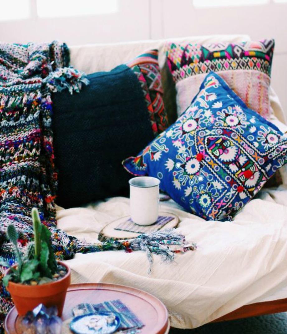Αν νιώθετε πως δυσκολεύεστε να πετύχετε το boho style, απλά ξεκινήστε αναμειγνύοντας σχέδια και χρώματα.