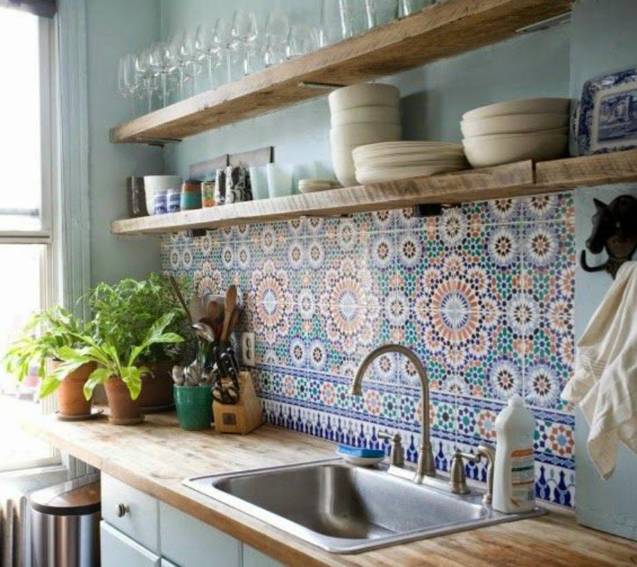 Δώστε boho αέρα στην κουζίνα σας προσθέτοντας μια ταπετσαρία με έντονα σχέδια.