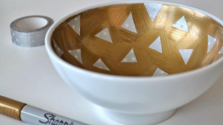 Χρησιμοποιήστε αυτοκόλλητη ταινία και ανεξίτηλο μαρκαδόρο και φτιάξετε ένα πανέμορφο μπολ σαν αυτό της εικόνας.