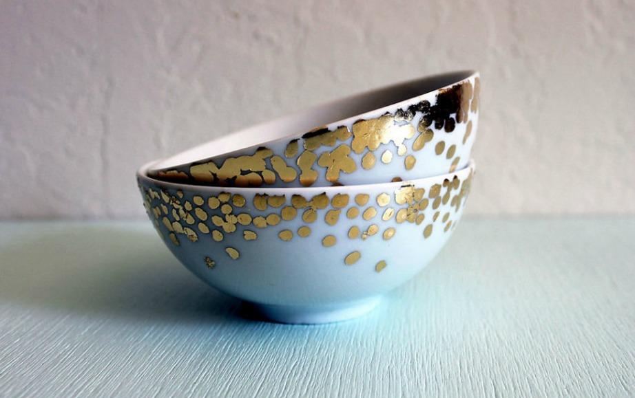 Δείτε πόσο όμορφα έγιναν αυτά τα λευκά μπολ με τη χρήση φύλλων χρυσού.