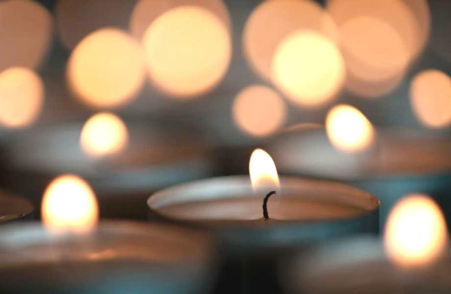 Ανάψτε το κερί λίγο πριν τη δύση του ηλίου για να κρατήσετε τα κουνούπια μακριά όλο το βράδυ.