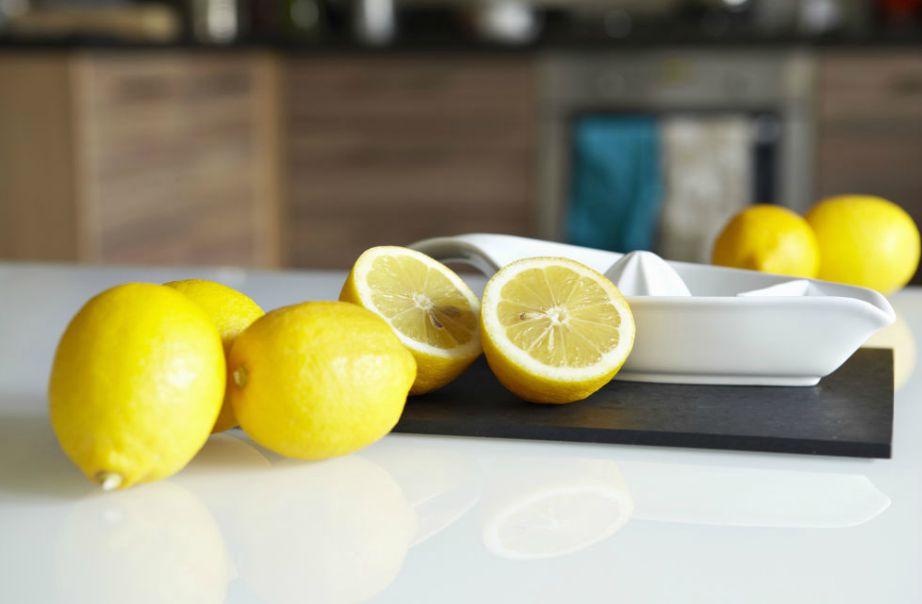 Με τα λεμόνια που σας περισσεύουν από το μαγείρεμα μπορείτε να καθαρίσετε ανοξείδωτες επιφάνειες.