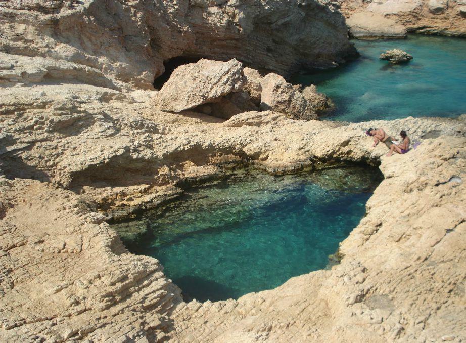 Στην παραλία Πορί θα συναντήσετε 'πισίνες' που δημιουργούνται μέσα στη θάλασσα από τα βράχια.