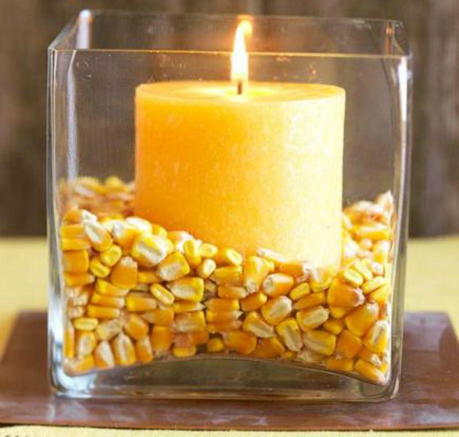 Φτιάξτε πανεύκολα ένα διακοσμητικό για το σαλόνι ή το υπνοδωμάτιο βάζοντας καλαμπόκι και ένα κερί μέσα σε ένα γυάλινο βαζάκι.