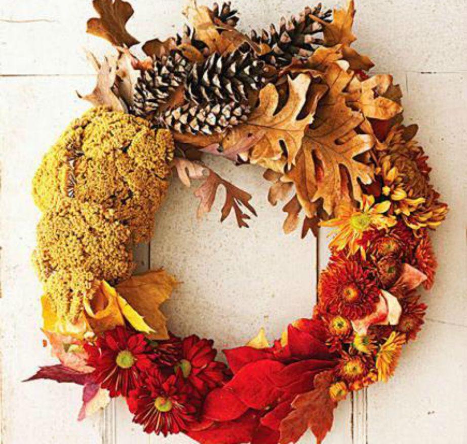 Ένα φθινοπωρινό στεφάνι είναι η τέλεια ιδέα για να διακοσμήσετε την πόρτα σας.