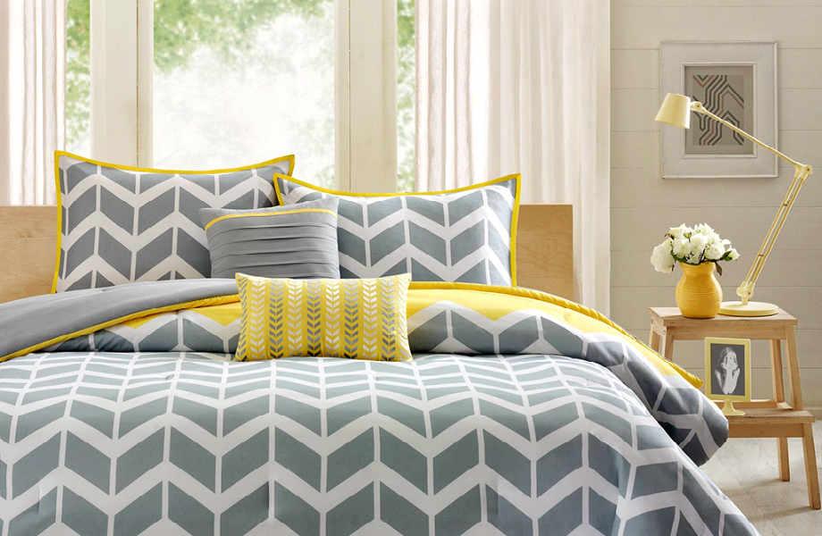Αν πρόκειται να επεκτείνετε τις γεωμετρικές διαθέσεις από τα μαξιλάρια και στα λευκά είδη, φροντίστε να το κάνετε με μέτρο.