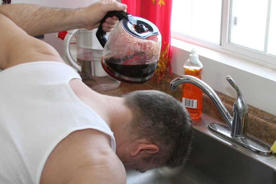 Είπαμε πως με τον καφέ τα μαλλιά σκουραίνουν αλλά πρέπει να ακολουθήσετε τη σωστή διαδικασία.