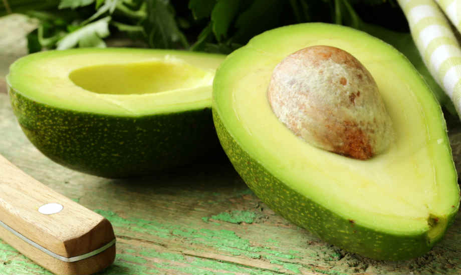 Το αβοκάντο περιέχει βιταμίνη Ε η οποία συμβάλλει στην αποκατάσταση της φυσικής λάμψης της τρίχας.