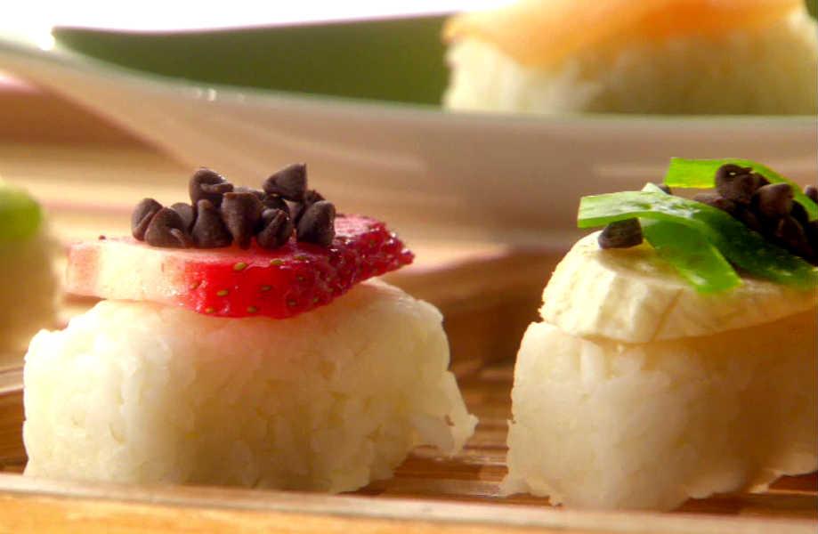 Δεν είστε φαν του σούσι; Ρίξτε λίγη ζάχαρη στο ρύζι για σούσι και καλύψτε το με φέτες φρούτων και γλυκών: τα παιδιά σας θα το λατρέψουν!