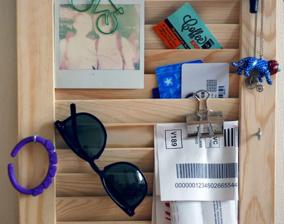 Βάλτε στην είσοδο έναν ξύλινο πίνακα με ραφάκια και κρεμάστε εκεί όλα τα αντικείμενα που χρησιμοποιείτε στην καθημερινότητά σας.