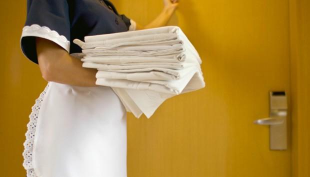 7 Κόλπα που Γνωρίζουν οι Καμαριέρες για Γρήγορο Καθάρισμα