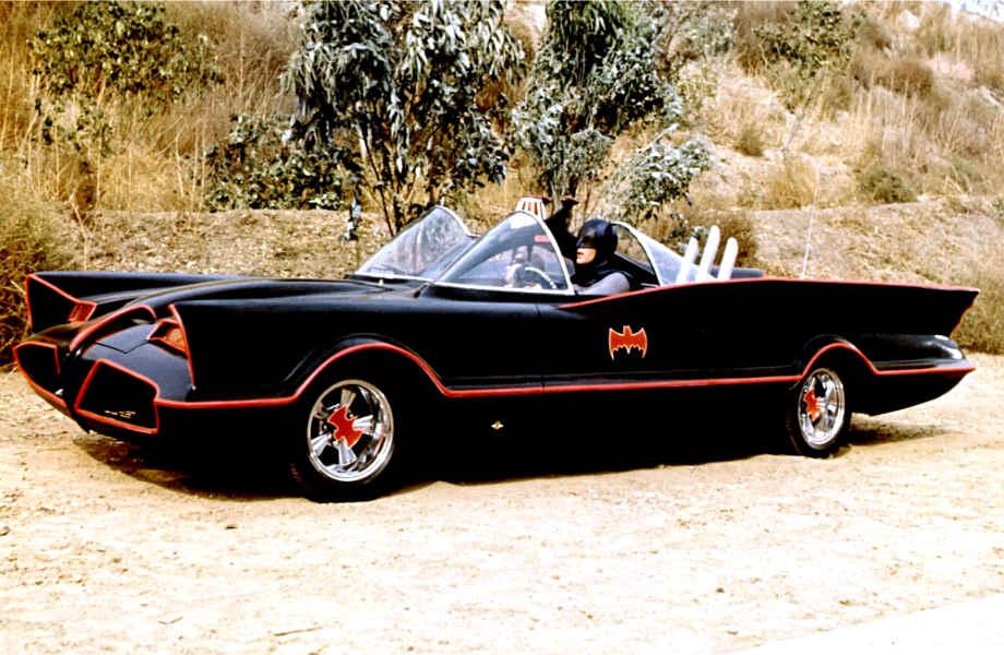 Δεν εξηγείται τόση λάμψη! Υποψιαζόμαστε ότι ο Άλφρεντ γυάλιζε το Batmobile με κέτσαπ!