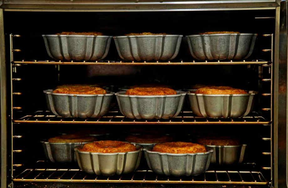 Από εδώ και πέρα το μόνο πράγμα που θα μυρίζει όταν ψήνετε κάτι στο φούρνο θα είναι το φαγητό σας-τα υπολείμματα λεκέδων αφήστε τα στην κέτσαπ!