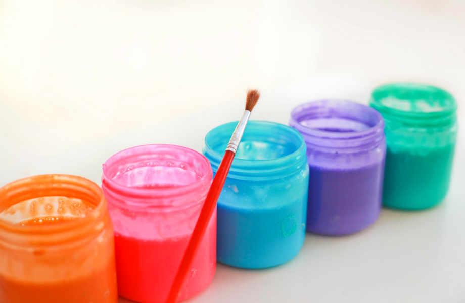 Φυλάξτε τις φυσικές νερομπογιές σας στα παλιά πλαστικά μπουκάλια της κέτσαπ.