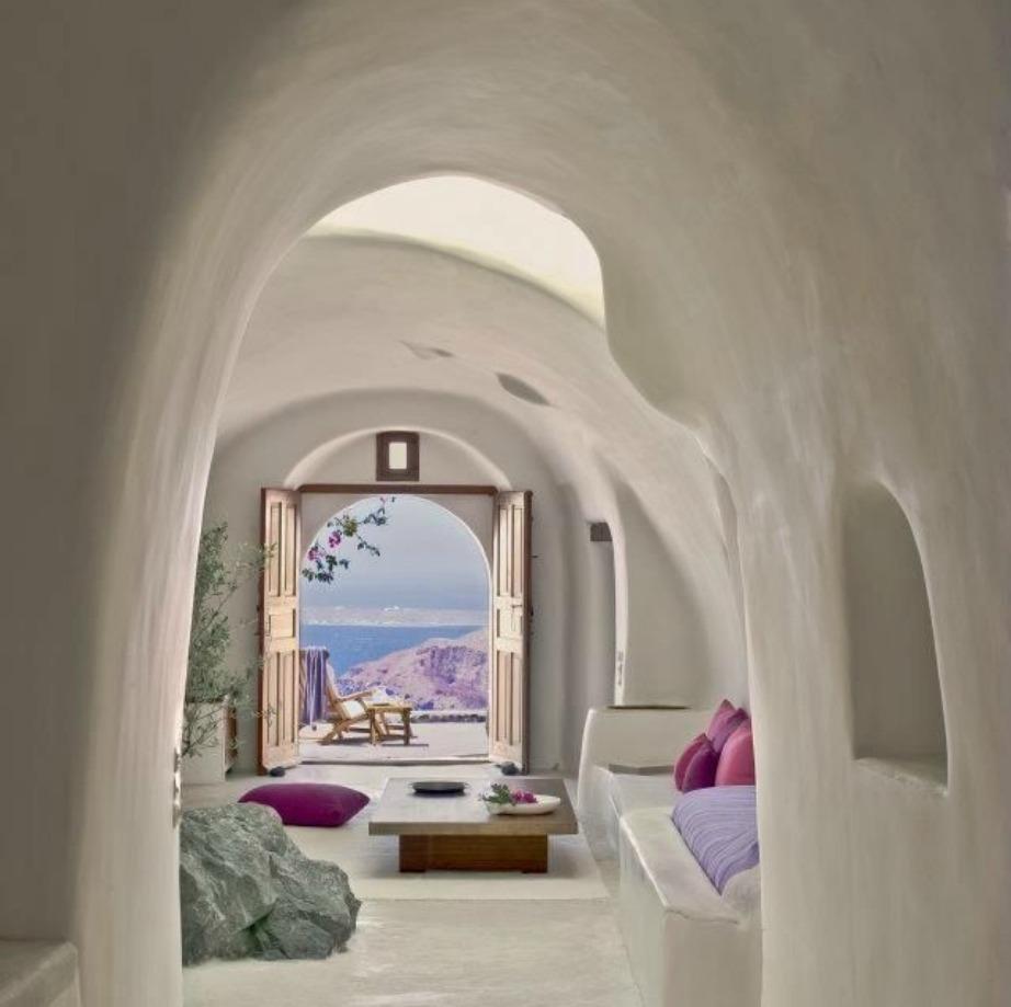 Μπορεί να μην μπορείτε να φτιάξετε αυτό το στιλ αρχιτεκτονικής μέσα στο σπίτι της πόλης αλλά μπορείτε να διακοσμήσετε με συνεχή στρώματα λευκού.