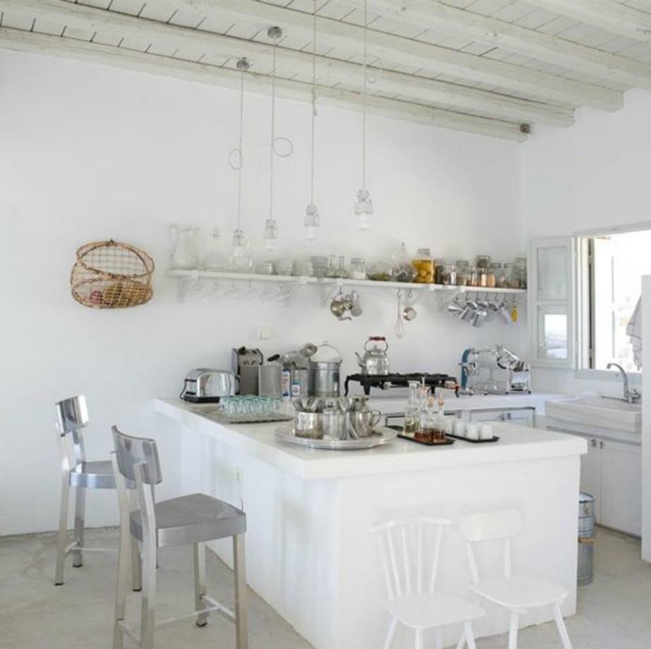 Στα κυκλαδίτικα σπίτια το λευκό διακοσμέιται πάνω σε λευκό σε ένα συνεχές layering λευκών επιφανειών.