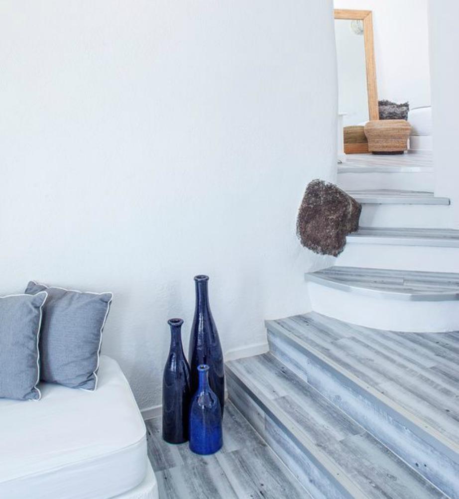 Χρησιμοποιήστε όσο το δυνατόν περισσότερο έπιπλα με καμπυλες και συνδυάστε το λευκό με το μπλε σε διάφορες γωνιές του σπιτιού.