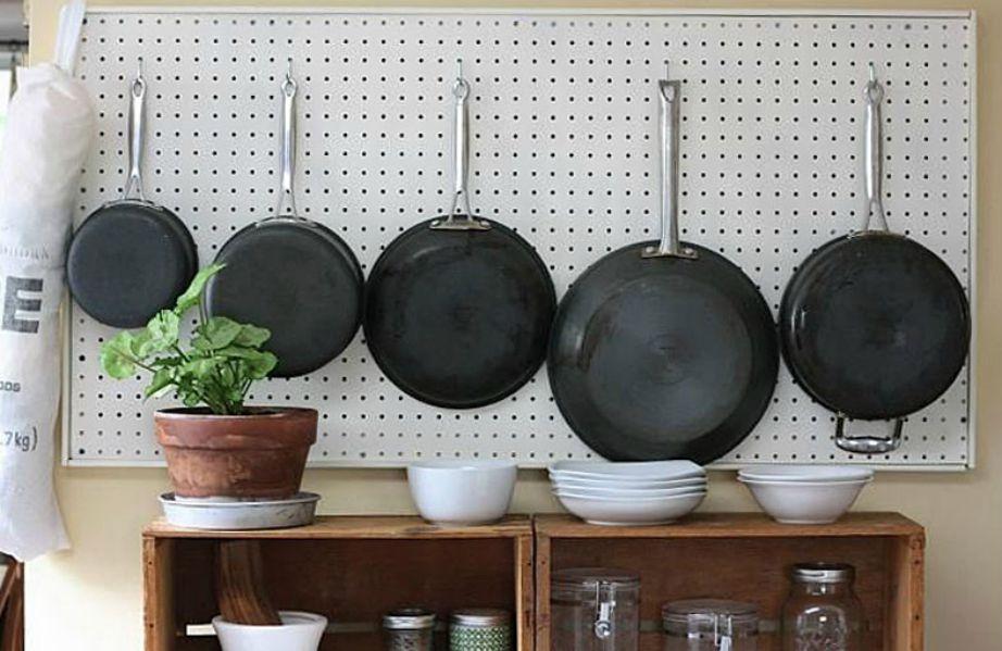 Κρεμάστε τα κατσαρολικά σας για να 'γλυτώσετε' χώρο από τα ντουλάπια.