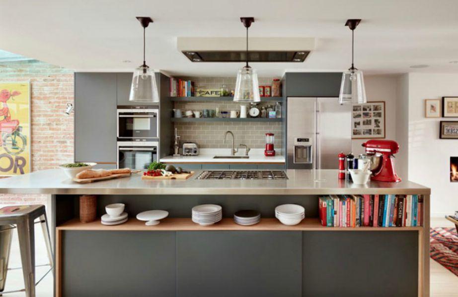 Βρείτε έπιπλα με όσο το δυνατόν περισσότερους χώρους αποθήκευσης. Αν έχετε ήδη φτιάξει την κουζίνα σας τότε απλά προσθέστε ράφια.