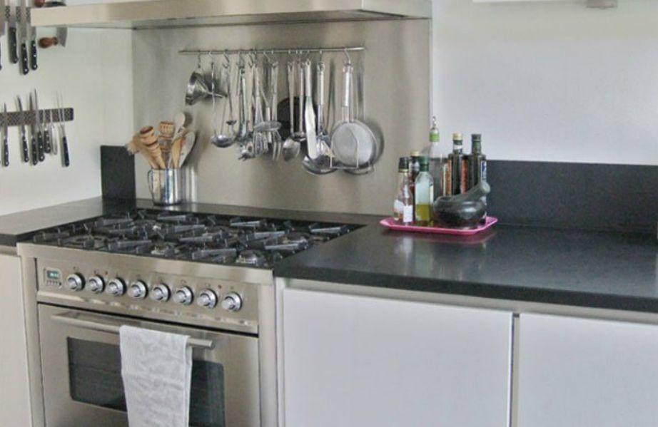 Όπου μπορείτε προσθέστε ράγες για να κρεμάσετε κουζινικά είδη.