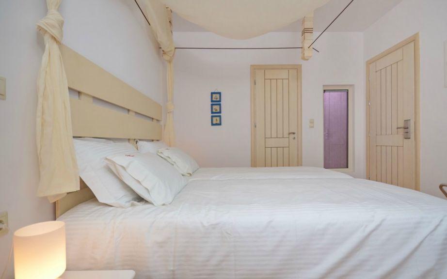 Στα δωμάτια του Saint Vlassis θα βρείτε όμορφη διακόσμηση με έμφαση στα υλικά.